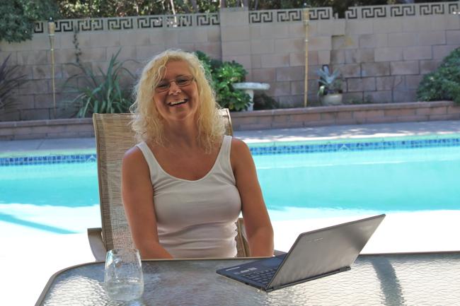 Ett skrivbord, en dator och gärna en pool i bakgrunden - en vanlig dag på jobbet för Anna Åberg.